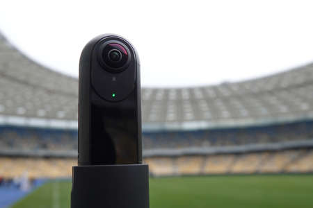 The camera that shoots 360 degrees in the background of the stadium. Close-up of the camera for live broadcasts. Foto de archivo