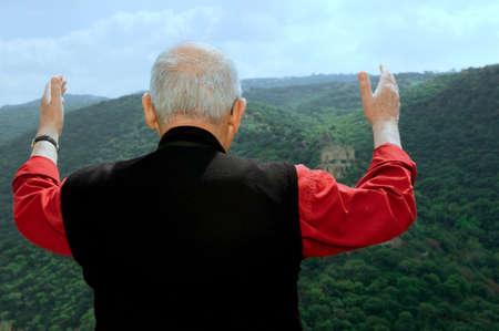 El hombre agradeció a Dios levantando las manos al cielo Foto de archivo - 4601294