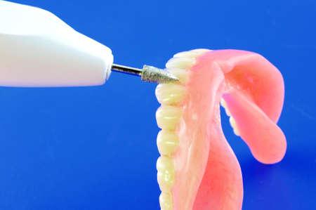 Dents artificielles et les différents types d'outils de réglage fin de prothèses Banque d'images - 11965204