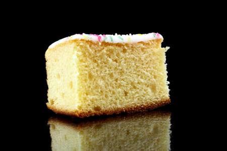 porcion de pastel: un trozo de tarta de lim�n sobre fondo negro Foto de archivo