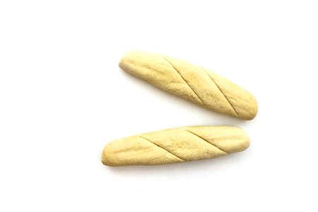 Twee unbaked lye sticks op een witte achtergrond