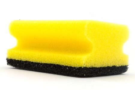 ein gelber schwamm auf einem weissen hintergrund