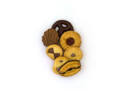 verschiedene kekse auf einem weissen hintergrund