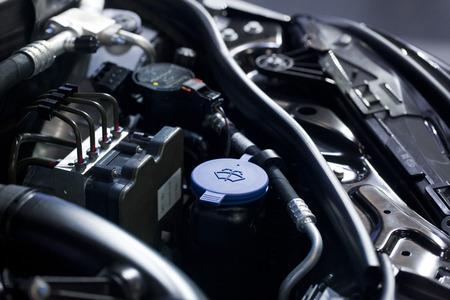 Blaue Flüssigkeit Kappen in einem Auto-Motor Standard-Bild - 34847057