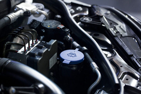 Blauwe vloeistof caps in een auto-motor