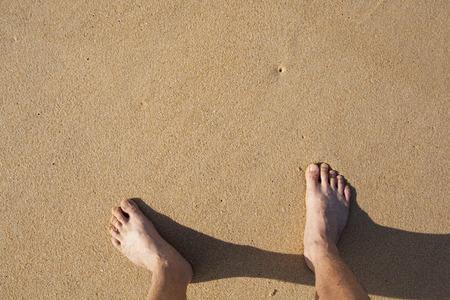 u�as pintadas: barefeet en la arena en la playa en las vacaciones de verano de relax