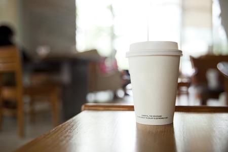 mujer tomando cafe: taza de caf� en una cafeter�a