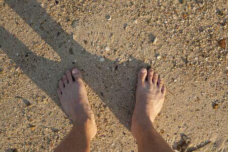 u�as pintadas: barefeet en la arena en la playa en verano