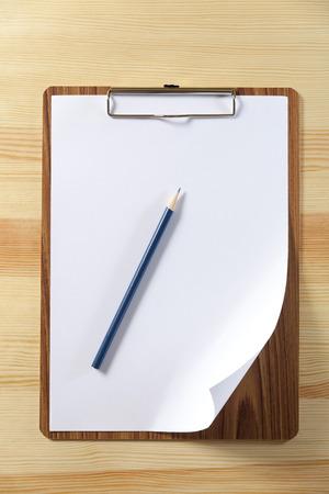 notitieblok met blanco papier en pen