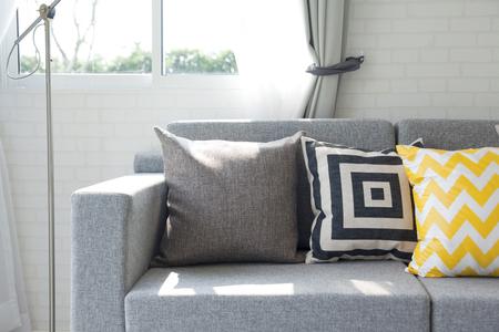 grafische muster: Wohnzimmer Innenraum mit graphischen Muster Kissen Lizenzfreie Bilder