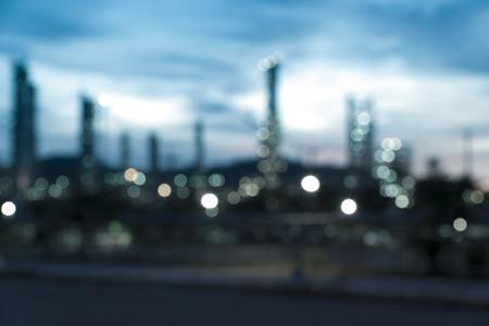 wazig beeld van olieraffinaderij bij schemering