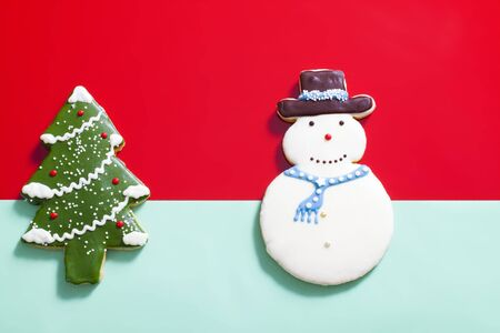 christmas cake: Gingerbread Christmas tree on red background Stock Photo