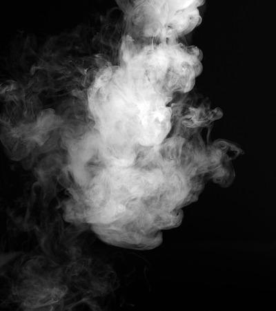 黒の背景にフラグメントを煙します。 写真素材