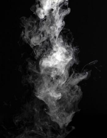 humo: Fragmentos de humo sobre un fondo negro