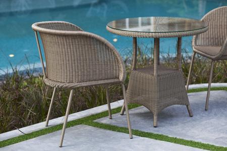 sillon: sillas muebles de mimbre al aire libre y una mesa en la terraza