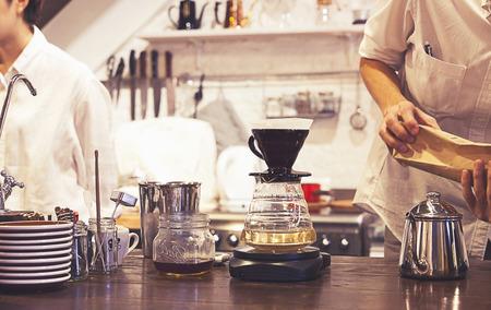 Kits voor het maken van verse koffie in vintage toon Stockfoto