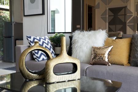 decoratie vaas op tafel in de woonkamer