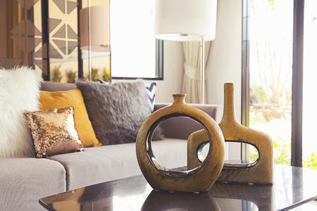 decoracion mesas: decoración florero sobre la mesa en la sala de estar