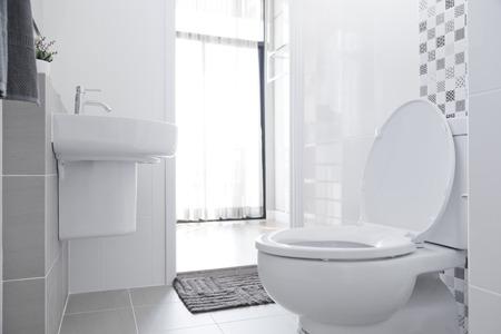 Witte wc-pot in de badkamer.