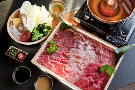 Set van rundvlees en zeevruchten voor Yakiniku (Japans eten)