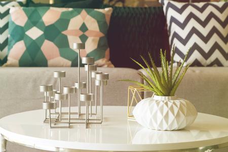 groene plant in een vaas en kaars stand in de woonkamer