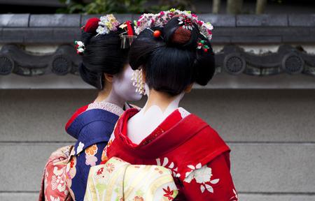 見習い芸者、京都で歩く舞妓さんカップル