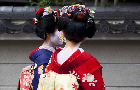 Leerling geisha, Maiko paar lopen in Kyoto, Japan
