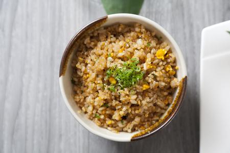 Sluit omhoog van een kom knoflook gebraden rijst