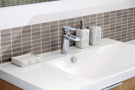 faience: White sink and dispenser in bathroom