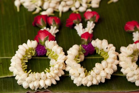 trabajo manual: Hermosas guirnaldas de flores en estilo de tradición tailandesa