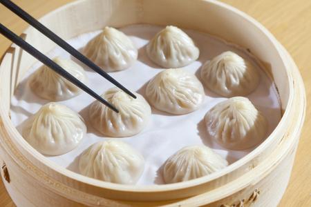 中国の蒸し豚肉饅頭、セレクティブ フォーカス部分を箸で開催