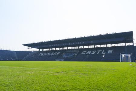Groen gras in het stadion in Buriram, Thailand Stockfoto - 82046153