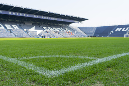 Groen gras in het stadion in Buriram, Thailand