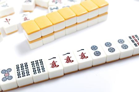 Mahjongstukken op witte achtergrond