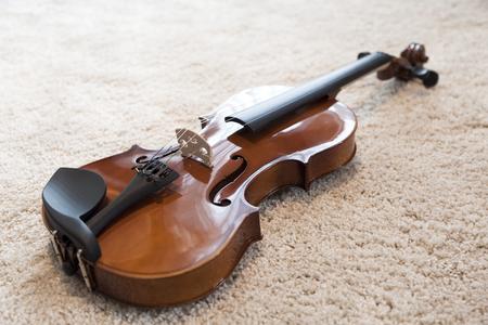 Sluit omhoog van viool op bed