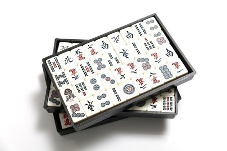 Set van houten mahjong spel tegels in vak geïsoleerd op een witte achtergrond Stockfoto - 91679328