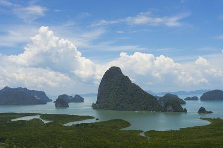 アンダマン海のマングローブの木の森と丘を持つパンガ湾のパノラマ航空写真, タイ 写真素材