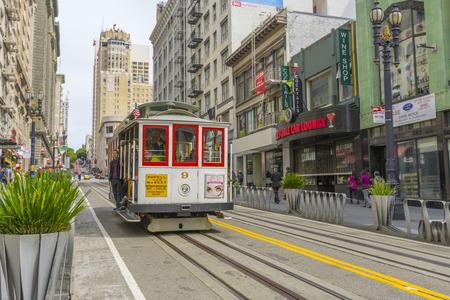 Passager à cheval sur un célèbre téléphérique de San Francisco Éditoriale