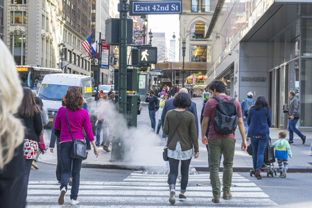 Many people walking on E 42nd St with building in the background in New York City, NY 에디토리얼