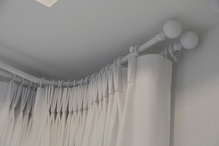 The white curtains with ring-top rail Curtain interior decoration in living room 免版税图像