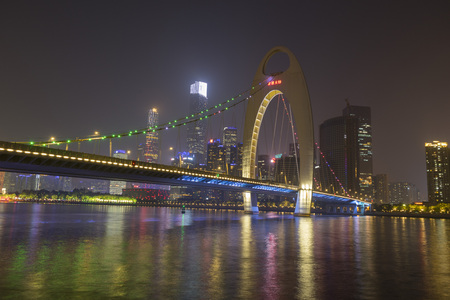 the Pearl River with Liede Bridge illuminated at night in Guangzhou, China 免版税图像