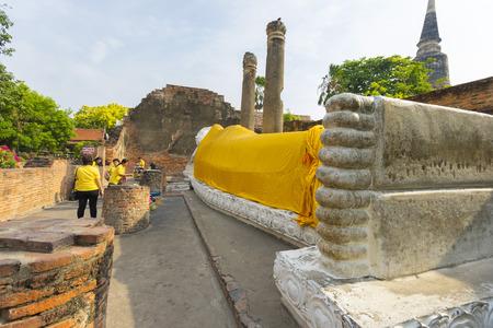 Many people visit Reclining Buddha Statue at Wat Yai Chaimongkol, Ayutthaya, Thailand Redakční