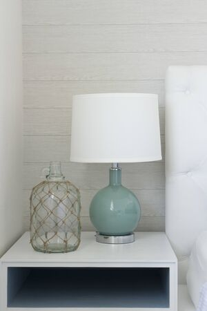lampe de table blanche moderne à côté du canapé dans le salon.