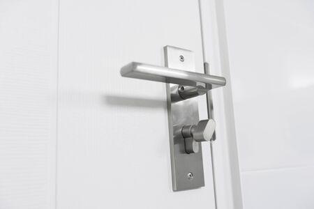 Porta moderna in legno, pomello in acciaio inox o maniglia su porta in legno.