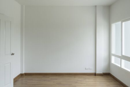lege witte kamer geen bank voor een eenvoudige, schone witte muur