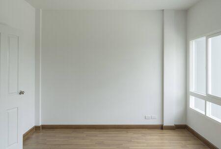 salle blanche vide pas de canapé devant un simple mur blanc propre
