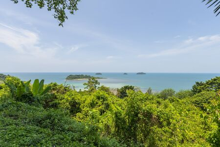 Beautiful tropical island landscape. View from Koh Chang to Koh Man Nai Zdjęcie Seryjne - 138626657