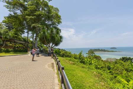 Many tourists sightseeing at the viewpoint in Ko Chang, Trat,Thailand Zdjęcie Seryjne