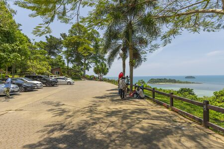 Many tourists sightseeing at the viewpoint in Ko Chang, Trat,Thailand Zdjęcie Seryjne - 138626677