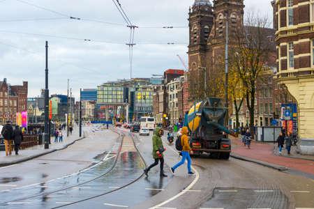 Many people on Damrak street in Amsterdam. 新闻类图片